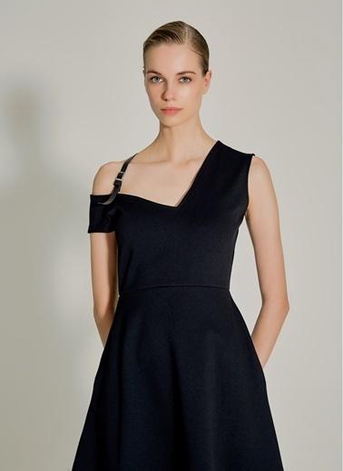 NGSTYLE Suni Deri Aksesuarlı Kloş Elbise Siyah